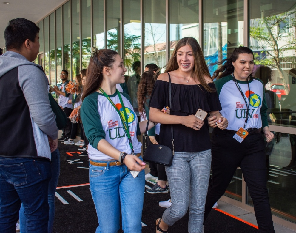 Incoming students are greeted by University of La Verne Student Leaders