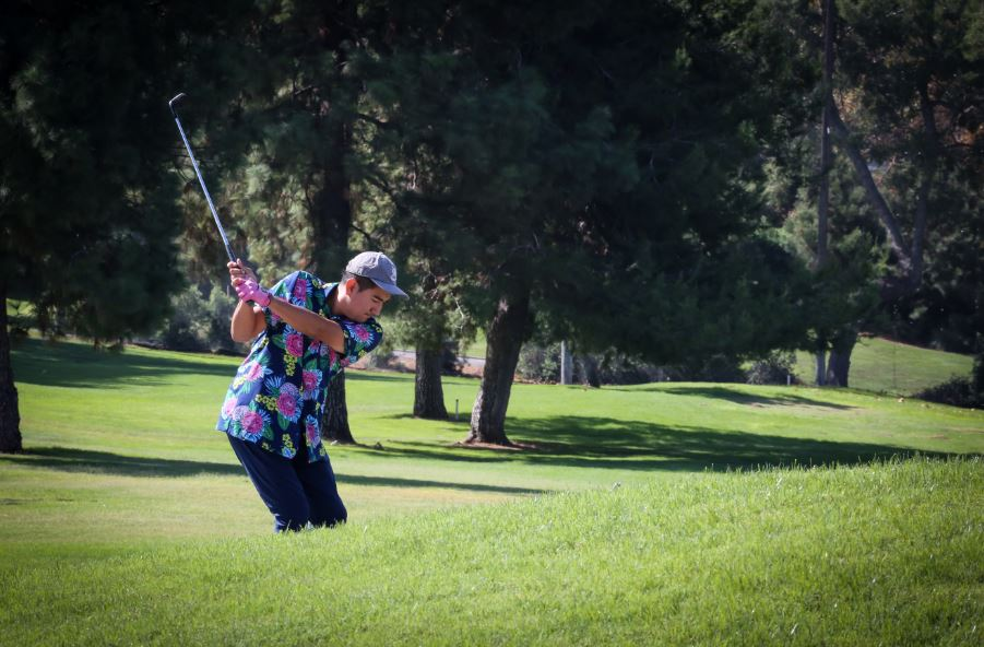 Golfer swining